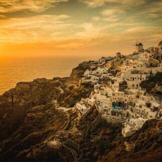 Il mar Egeo è un mare del mar Mediterraneo. L'Egeo è una delle nove regioni geografiche della Grecia. È suddiviso in due regioni amministrative, l'Egeo Settentrionale e l'Egeo Meridionale che a est confinano con la Turchia. L'Egeo bagna anche le coste occidentali della Turchia, suddivise amministrativamente in nove province che costituiscono la regione egea. Il mare era tradizionalmente conosciuto col nome di Arcipelago, nome con cui poi si indicarono le isole del mare ed in seguito passò ad indicare ogni gruppo di isole, dato che il mar Egeo è noto per la grande quantità di isole e arcipelaghi. Myconos, Patmos, Heraklion, Santorini.