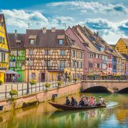 Η Αλσατία είναι περιοχή της Γαλλίας στα σύνορα με την Γερμανία. Χωρίζεται σε δύο διαμερίσματα, τον Άνω Ρήνο και τον Κάτω Ρήνο. Πρωτεύουσα είναι το Στρασβούργο. Η Αλσατία είναι γνωστή για τα λευκά κρασιά της. Ο Μέλας Δρυμός είναι ένα μεγάλο δάσος στη νοτιοδυτική Γερμανία, στο κρατίδιο της Βάδης-Βυρτεμβέργης, ανάμεσα στον ποταμό Ρήνο δυτικά και τις πηγές του Δούναβη νότια. Παρά το όνομα, το δάσος δεν θεωρείται πια το πιο «σκοτεινό» σε χρώματα σε σχέση με τα υπόλοιπα δάση κωνοφόρων της Γερμανίας.