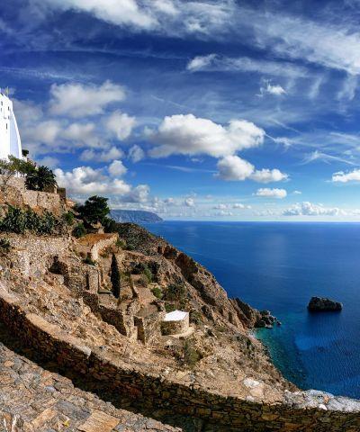 Amorgos è l'isola più orientale dell'arcipelago delle Cicladi, nonché quella più vicina all'arcipelago del Dodecaneso, situata a sud-est di Naxos. E' l'isola del grande blu e dell'acque cristalline. Il comune di Amorgos occupa l'isola ed alcuni isolotti vicini, il più grande dei quali è l'isola di Nikouria.
