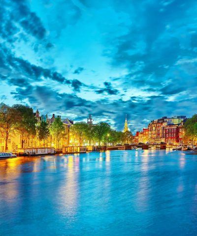Το Άμστερνταμ, είναι η πρωτεύουσα της Ολλανδίας. Ιδρύθηκε στα τέλη του 12ου αιώνα ως μικρό αλιευτικό χωριό στις όχθες του ποταμού Άμστελ, απ' όπου και πήρε το όνομά του. Σήμερα αποτελεί το οικονομικό και πολιτιστικό κέντρο της χώρας. Βρίσκεται στο βόρειο μέρος της ευρύτερης περιοχής, μία από τις μεγαλύτερες μητροπολιτικές περιοχές της Ευρώπης. Το Άμστερνταμ έχει ένα από τα μεγαλύτερα ιστορικά κέντρα στην Ευρώπη και κατά μήκος των καναλιών βρίσκονται πολλά όμορφα σπίτια και αρχοντικά. Η πόλη είναι γνωστή για πολλά εξαιρετικά μουσεία, όπως τo Μουσείο Βαν Γκογκ, το Σπίτι της Άννας Φρανκ κ.α. Το Άμστερνταμ κατέχει τον τίτλο της πόλης με τις περισσότερες εθνικότητες στον κόσμο. Κανάλια από τη Χρυσή Εποχή της Ολλανδίας, ρομαντικά cafe με κεριά, ποδήλατα στους δρόμους, όμορφα πάρκα, μεγαλόπρεπα μουσεία, πολύχρωμες αγορές, έντονη βραδινή ζωή και πολλά άλλα επιφυλάσσει στον τουρίστα ένα ταξίδι στο Άμστερνταμ.