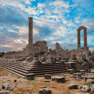 Corinto è una città della Grecia centro-meridionale nella periferia del Peloponneso. Corinto Antica fu una polis dell'Antica Grecia situata nell'omonimo istmo. Il tempio di Apollo a Corinto, che è il monumento principale, è un tempio greco di ordine dorico.