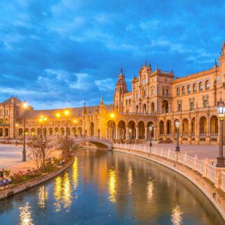Η Μαδρίτη είναι η πρωτεύουσα και μεγαλύτερη πόλη της Ισπανίας. Είναι τρίτη μεγαλύτερη πόλη της Ευρωπαϊκής Ένωσης μετά το Λονδίνο και το Βερολίνο, ενώ η μητροπολιτική περιοχή είναι επίσης η τρίτη μεγαλύτερη στην Ευρωπαϊκή Ένωση μετά του Λονδίνου και του Παρισιού. Η Μαδρίτη ενώ διαθέτει σύγχρονες υποδομές, έχει διατηρήσει την όψη και την αισθητική πολλών από τις ιστορικές γειτονιές και οδούς. Η Ανδαλουσία είναι μια από τις 17 αυτόνομες περιφέρειες της Ισπανίας και η νοτιότερη αυτής. Πρωτεύουσά της είναι η Σεβίλλη. Η Ανδαλουσία, με τα ψηλά της όρη, τις εύφορες πεδιάδες, τις απέραντες ακτές, τα παραδοσιακά χωριά και τα αξιοσημείωτα ιστορικά μνημεία, είναι ένα υπαίθριο μουσείο που μας μεταφέρει σε όμορφες εποχές, ευλογία για τον ταξιδιώτη!