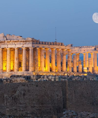 Atene, oltre ad essere la capitale della Repubblica Ellenica, è una metropoli cosmopolita ed è il centro economico, finanziario, industriale e culturale della Grecia, e ha una notevole importanza a livello europeo, ma anche mondiale. È nota in tutto il mondo per la nascita della democrazia, per essere stata la sede dell'accademia di Platone e del liceo di Aristotele, oltre che aver dato i natali a Socrate, Pericle, Sofocle e molti altri filosofi e personaggi importanti dell'antichità. Tra le città più antiche del mondo, è stata una fiorente polis ed è considerata la culla della civiltà occidentale. Tradizionalmente la protettrice della città è la dea Atena, raffigurata sia sullo stemma che sulla bandiera della città. Capo Sounio è un promontorio situato sulla punta meridionale dell'Attica in Grecia, dove c'è il tempio di Poseidone, a circa 70 kilometri da Atene. Su di esso si trovano, in posizione suggestiva, i resti di un tempio greco dedicato a Poseidone, e di un secondo tempio dedicato ad Atena, di cui sono però conservate solo le fondamenta. Secondo il mito sarebbe il luogo dal quale Egeo, re di Atene, si sarebbe gettato nel mare al quale venne dato il suo nome. Dal promontorio c'è una vista fantastica della costa di Atene mentre migliaia di gente lo visita per godere uno dei tramonti più famosi nel mondo.