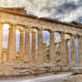 Celebre in tutto il mondo è ilPartenone di Atene, un tempio del periodo classico, voluto da Pericle in onore di Athena, protettrice della città e primo edificio della maestosa Acropoli di Atene. Fu innalzato dagli architetti Ictino e Callicrate, con la magistrale collaborazione del maestro Fidia che eseguì la decorazione dei frontoni, delle metope e del fregio.