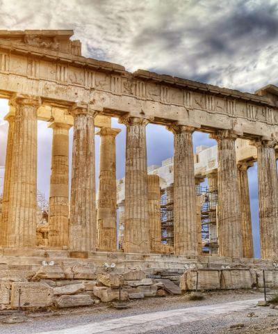 Atene, oltre ad essere la capitale della Repubblica Ellenica, è una metropoli cosmopolita ed è il centro economico, finanziario, industriale e culturale della Grecia, e ha una notevole importanza a livello europeo, ma anche mondiale. Nel XXI secolo è stata al centro dell'attenzione di tutto il mondo per aver organizzato con successo i Giochi della XXVIII Olimpiade nel 2004 e per l'inaugurazione del Nuovo Museo dell'Acropoli nel 2009, che ha riaperto il dibattito riguardante i Marmi del Partenone.
