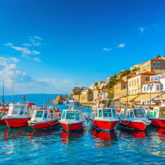 Tα τρία όμορφα νησιά του Σαρωνικού κόλπου: Αίγινα, Πόρος και Ύδρα. Μονοήμερη Κρουαζιέρα Aίγινα - Πόρος – Ύδρα. Αίγινα, μόλις μια ώρα μακριά από την Αθήνα, το νησί του Αργοσαρωνικού αποτελεί τον ιδανικό προορισμό για μια γρήγορη απόδραση από την πόλη. Ο Πόρος, μια αναπνοή μακριά από την Αθήνα σας περιμένει να τον εξερευνήσετε και να τον λατρέψετε, όσο τον αγάπησαν ο Σεφέρης και ο Χένρι Μίλλερ. Στέκεται αρχοντικά απέναντι στο Γαλατά, σαν κομμάτι από παζλ της Πελοποννήσου. Ύδρα, πλησιάζοντας στο λιμάνι της Ύδρας, η πόλη φαντάζει σαν ένας πίνακας ζωγραφικής με εκαντοντάδες χρώματα πάνω από το γαλάζιο της θάλασσας, υπόδειγμα αρχιτεκτονικής και αισθητικής. Ένα από τα πιο ιδιαίτερα και ρομαντικά νησιά, γνωστό για τη γραφικότητά. Μοναδικό ανάμεσα στα ελληνικά νησιά, στο οποίο δεν επιτρέπονται οχήματα καθώς το μοναδικό μέσο μεταφοράς στο νησί είναι τα γαϊδουράκια.