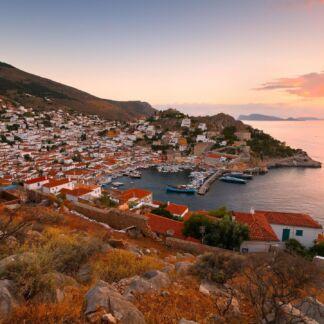 Hydra o Idra si trova tra Poros e Spetses, non lontana dalla costa del Peloponneso, da cui la separa il ristretto golfo di Idra.