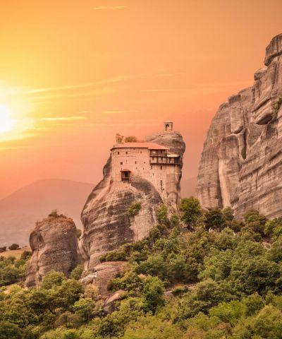 Delfi o Delphi è un importante sito archeologico, nonché una storica città dell'antica Grecia, sede del più importante e venerato oracolo del dio Apollo, assieme a Dydyma. Situata nella Focide sulle pendici del monte Parnaso, a circa 130 km a nord-ovest da Atene. Nei tempi antichi si pensava che Delfi fosse il centro del mondo, quindi era riconosciuto comme «omphalos o ombelico del mondo». Meteora è una famosa località ubicata nel centro-nord della Grecia, al bordo nord occidentale della pianura della Tessaglia, nei pressi della cittadina di Kalambaka. È un importante centro della chiesa ortodossa, nonché una rinomata meta turistica, ed è stata dichiarata patrimonio dell'umanità dall'Unesco. Dei ventiquattro monasteri edificati con enormi sacrifici in cima a falesie di arenaria, attualmente solo sei sono ancora abitati, in parte recuperati dopo anni di abbandono. Aghios Nikolaos, Aghios Stefanos, Aghia Triada, Gran Meteora o Monastero della Trasfigurazione, Roussanou, Varlaam.