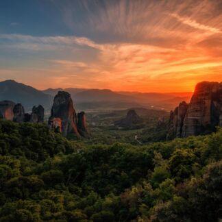 Meteora è una famosa località ubicata nel centro-nord della Grecia, al bordo nord occidentale della pianura della Tessaglia, nei pressi della cittadina di Kalambaka. È un importante centro della chiesa ortodossa, nonché una rinomata meta turistica, ed è stata dichiarata patrimonio dell'umanità dall'Unesco. Dei ventiquattro monasteri edificati con enormi sacrifici in cima a falesie di arenaria, attualmente solo sei sono ancora abitati, in parte recuperati dopo anni di abbandono. Aghios Nikolaos, Aghios Stefanos, Aghia Triada, Gran Meteora o Monastero della Trasfigurazione, Roussanou, Varlaam.