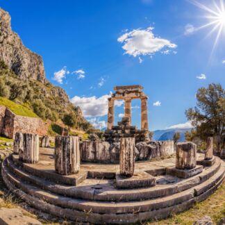 Delfi o Delphi è un importante sito archeologico, nonché una storica città dell'antica Grecia, sede del più importante e venerato oracolo del dio Apollo, assieme a Dydyma. Situata nella Focide sulle pendici del monte Parnaso, a circa 130 km a nord-ovest da Atene. Nei tempi antichi si pensava che Delfi fosse il centro del mondo, quindi era riconosciuto comme «omphalos o ombelico del mondo».