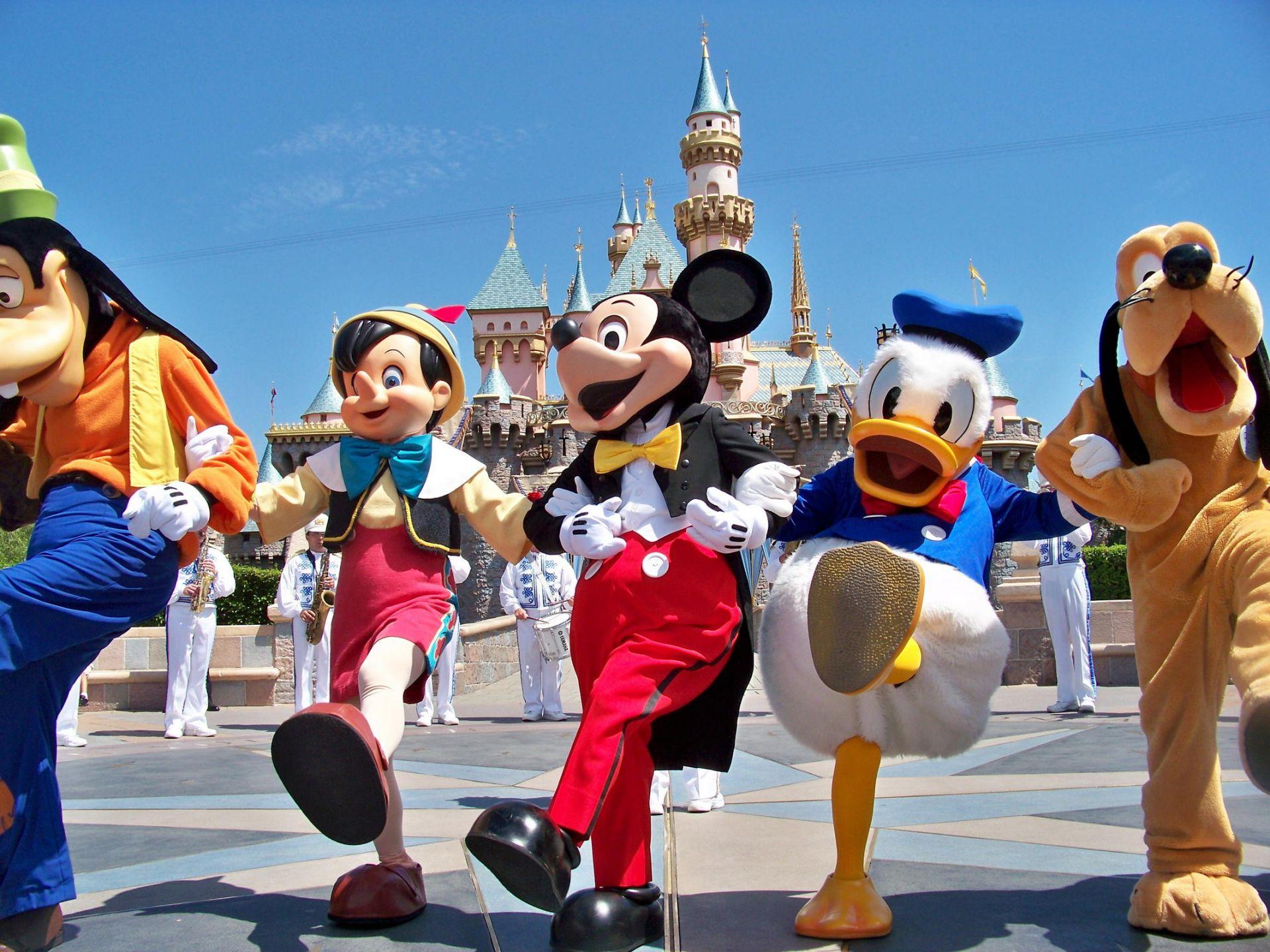 Η Disneyland Paris (ex Euro Disney) ή Disneyland Παρίσι, είναι ένα τουριστικό πάρκο με συνολική έκταση 22 τετραγωνικών χιλιομέτρων που βρίσκεται στην κοινότητα του Chessy, 32 χιλιόμετρα ανατολικά του Παρισιού. Το συγκρότημα περιλαμβάνει 2 θεματικά πάρκα - Parc Disneyland & Walt Disney Studios - ξενοδοχεία, καταστήματα, εστιατόρια, γήπεδα γκολφ κ.α. Πρόκειται για το νούμερο ένα ταξιδιωτικό προορισμό της Ευρώπης με περισσότερους απο 13 εκατομμύρια επισκέπτες κάθε χρόνο. Η Disneyland Paris άνοιξε τις πόρτες της για το κοινό για πρώτη φορά στις 12/04/1992, υπό την ονομασία Euro Disney Resort και από τότε έχει φιλοξενήσει περισσότερους από 320 εκατομμύρια ταξιδιώτες. Το Παρίσι έγινε γνωστό και ως η Πόλη του φωτός, από τότε που εγκαταστάθηκαν στις κύριες λεωφόρους του φανάρια γκαζιού. Είναι η πρωτεύουσα της Γαλλίας και της περιφέρειας Ιλ ντε Φρανς και μία από τις ιστορικότερες και μεγαλύτερες πόλεις του κόσμου. Το Παρίσι περιλαμβάνει την πόλη του Παρισιού και τα περίχωρα και βρίσκεται σε ένα λεκανοπέδιο. Επιπλέον είναι η πολιτιστική και οικονομική πρωτεύουσα της Γαλλίας, το σημαντικότερο κομβικό σημείο της και έδρα πολλών διεθνών οργανισμών, όπως της UNESCO.