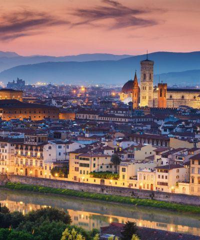 Η Ρώμη είναι η πρωτεύουσα της Ιταλίας, πρωτεύουσα της περιφέρειας του Λάτιου, της ομώνυμης επαρχίας και μία από τις ιστορικότερες πόλεις της Ευρώπης. Μέσα στα όρια της βρίσκεται το Βατικανό, ένα ξεχωριστό κρατίδιο που είναι η έδρα της Καθολικής Εκκλησίας και του Πάπα. Η Φλωρεντία, είναι πόλη της Ιταλίας, πρωτεύουσα της περιφέρειας της Τοσκάνης και της ομώνυμης επαρχίας. Η πόλη βρίσκεται επί του ποταμού Άρνου. Το ιστορικό κέντρο της πόλης έχει χαρακτηριστεί ως Μνημείο Παγκόσμιας Κληρονομιάς από την UNESCO.