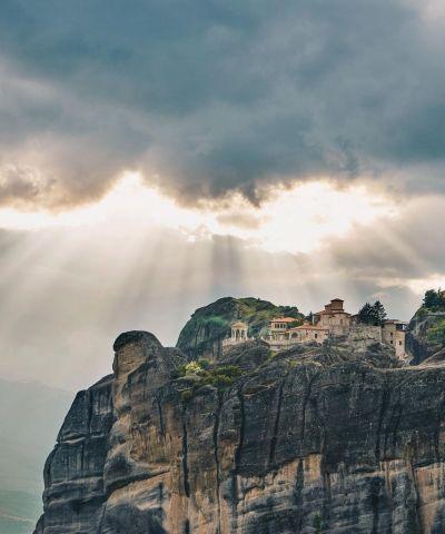 Meteora è una famosa località ubicata nel centro-nord della Grecia, al bordo nord occidentale della pianura della Tessaglia, nei pressi della cittadina di Kalambaka. È un importante centro della chiesa ortodossa, nonché una rinomata meta turistica, ed è stata dichiarata patrimonio dell'umanità dall'Unesco.