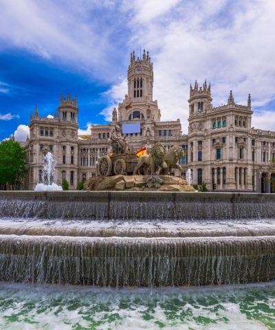 Το Βασίλειο της Ισπανίας είναι κράτος της νοτιοδυτικής Ευρώπης, που καταλαμβάνει το μεγαλύτερο μέρος της Ιβηρικής χερσονήσου. Πολιτισμικά η Ισπανία χαρακτηρίζεται από την ύπαρξη διάφορων πολιτισμικών παραδόσεων που προέκυψαν λόγω της διαφορετικής ιστορικής εξέλιξης των εδαφών της. Η Βαρκελώνη (στα καταλανικά και τα ισπανικά Barcelona, - Μπαρσελόνα και Μπαρθελόνα αντίστοιχα) είναι πόλη της Ισπανίας, πρωτεύουσα της Αυτοδιοικούμενης Περιφέρειας της Καταλωνίας. Η Μαδρίτη είναι η πρωτεύουσα και μεγαλύτερη πόλη της Ισπανίας. Είναι τρίτη μεγαλύτερη πόλη της Ευρωπαϊκής Ένωσης μετά το Λονδίνο και το Βερολίνο, ενώ η μητροπολιτική περιοχή είναι επίσης η τρίτη μεγαλύτερη στην Ευρωπαϊκή Ένωση μετά του Λονδίνου και του Παρισιού. Η Μαδρίτη ενώ διαθέτει σύγχρονες υποδομές, έχει διατηρήσει την όψη και την αισθητική πολλών από τις ιστορικές γειτονιές και οδούς. Η Ανδαλουσία είναι μια από τις 17 αυτόνομες περιφέρειες της Ισπανίας και η νοτιότερη αυτής. Πρωτεύουσά της είναι η Σεβίλλη. Η Ανδαλουσία, με τα ψηλά της όρη, τις εύφορες πεδιάδες, τις απέραντες ακτές, τα παραδοσιακά χωριά και τα αξιοσημείωτα ιστορικά μνημεία, είναι ένα υπαίθριο μουσείο που μας μεταφέρει σε όμορφες εποχές, ευλογία για τον ταξιδιώτη!