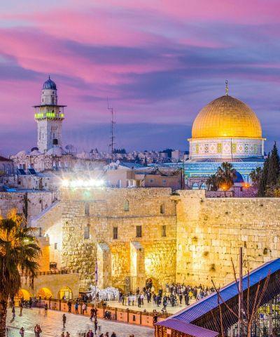 Τα Ιεροσόλυμα βρίσκονται στα όρη της Ιουδαίας, ανάμεσα στη Μεσόγειο και τη Νεκρά Θάλασσα. Αποτελεί τη μεγαλύτερη πόλη του Ισραήλ, αλλά το ανατολικό τμήμα της πόλης θεωρείται από τη διεθνή κοινότητα ως κατεχόμενο τμήμα της Παλαιστίνης. Η παλιά πόλη της Ιερουσαλήμ αποτελεί μνημείο παγκόσμιας πολιτιστικής κληρονομιάς λόγω των Αγίων Τόπων και παρουσιάζει σημαντική κίνηση θρησκευτικού τουρισμού.
