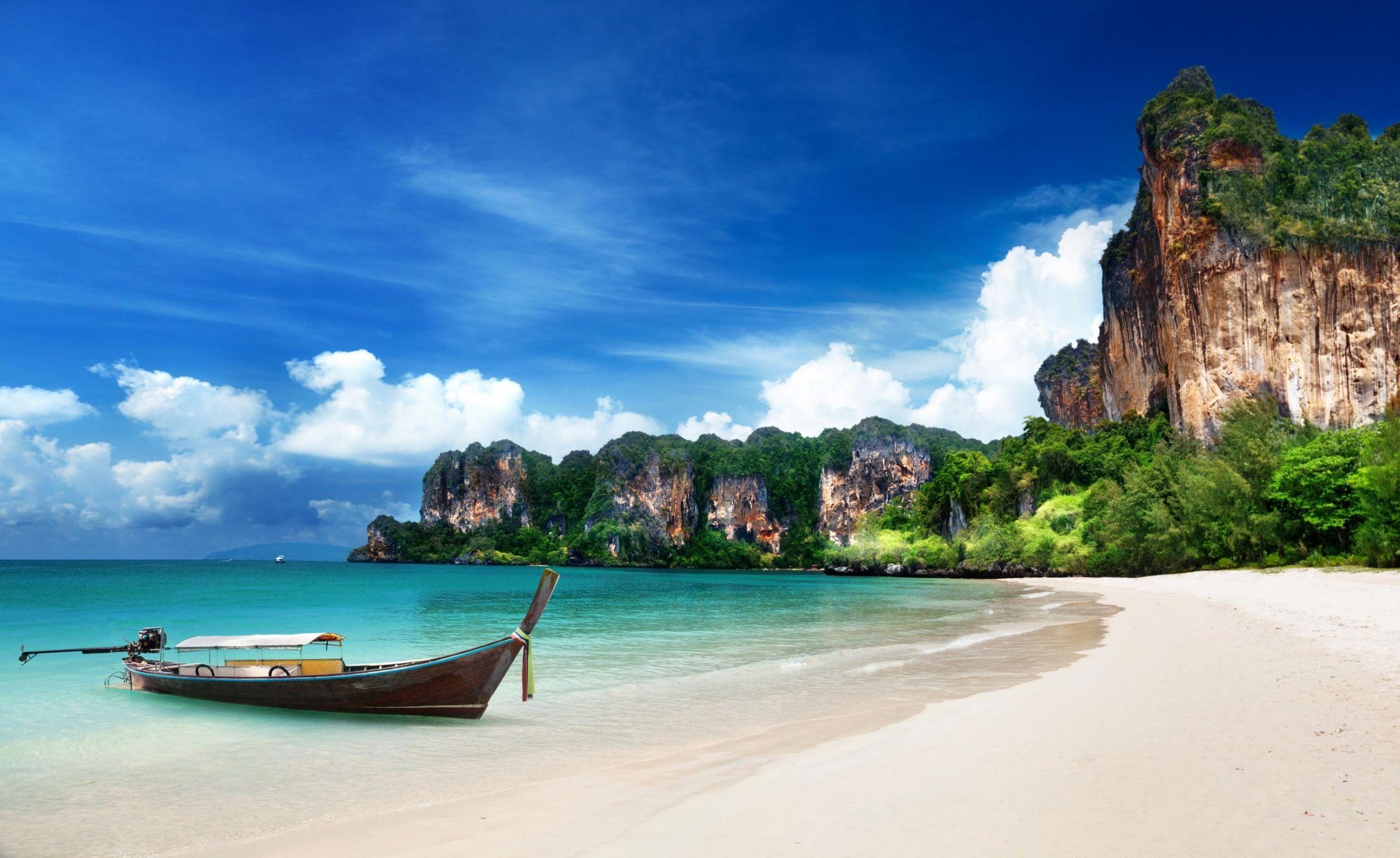 Το Βασίλειο της Ταϊλάνδης είναι μια χώρα στη Νοτιοανατολική Ασία, η οποία συνορεύει με το Λάος και την Καμπότζη στα ανατολικά, τον κόλπο της Ταϊλάνδης και τη Μαλαισία στα νότια, τη θάλασσα Ανταμάν και τη Βιρμανία στα δυτικά. Η Ταϊλάνδη είναι επίσης γνωστή ως Σιάμ. Κο Σαμούι, απόλυτος προορισμός για εξωτική χαλάρωση στην Ταϊλάνδη. Καταπράσινα νησιά, λευκές παραλίες, πεντακάθαρα νερά και όλες οι σύγχρονες ανέσεις σε έναν εξωτικό προορισμό. Ετοιμαστείτε για ατέλειωτη ηρεμία και ομορφιά.