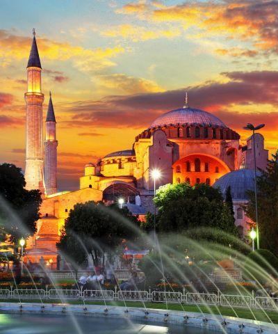 Η Κωνσταντινούπολη, είναι η μεγαλύτερη πόλη της Τουρκίας, αποτελώντας το οικονομικό, πολιτιστικό και ιστορικό κέντρο της χώρας.