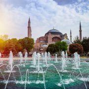 Η Κωνσταντινούπολη, είναι η μεγαλύτερη πόλη της Τουρκίας, αποτελώντας το οικονομικό, πολιτιστικό και ιστορικό κέντρο της χώρας. Η Κωνσταντινούπολη είναι διηπειρωτική πόλη στην Ευρασία, με το ιστορικό και εμπορικό κέντρο να βρίσκεται στην ευρωπαϊκή πλευρά και περίπου το ένα τρίτο του πληθυσμού να ζει στην ασιατική πλευρά της Ευρασίας. Η Κωνσταντινούπολη, υπήρξε το κέντρο του ελληνικού στοιχείου για περισσότερα από χίλια χρόνια, καθώς διετέλεσε πρωτεύουσα της Βυζαντινής Αυτοκρατορίας. Μην ξεχνάτε ότι εκεί βρίσκεται η έδρα του Οικουμενικού Ορθόδοξου Πατριαρχείου.