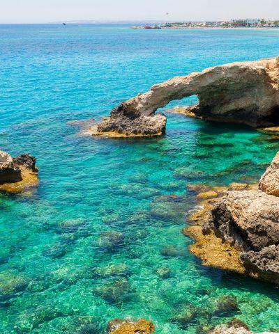 Η Κύπρος, είναι ανεξάρτητο νησιωτικό κράτος της ανατολικής Μεσογείου και το τρίτο μεγαλύτερο σε πληθυσμό και έκταση στην Μεσόγειο. Βρίσκεται γεωγραφικά νοτίως της Τουρκίας, δυτικά του Λιβάνου και της Συρίας, βορειοδυτικά του Ισραήλ, βορείως της Αιγύπτου και νοτιοανατολικά της Ελλάδας.