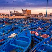 Το Μαρόκο είναι μια αραβική, μουσουλμανική χώρα της Βόρειας Αφρικής. Το πλήρες αραβικό όνομα της χώρας είναι al-Mamlakah, που σημαίνει «Βασίλειο της Δύσης» και είναι μια πολύχρωμη χώρα, με μοντέρνες αλλά και μεσαιωνικές πόλεις, ψηλά βουνά αλλά και απέραντη έρημο και παραλίες, αμέτρητα παζάρια, αλλά και ήσυχες γωνιές.