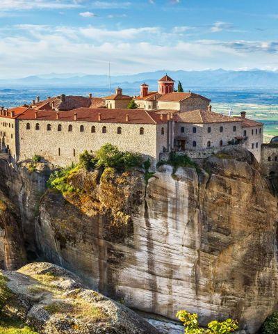 Τα Μετέωρα είναι ένα σύμπλεγμα γιγάντιων βράχων, πάνω από την πόλη της Καλαμπάκας, κοντά στα πρώτα υψώματα της Πίνδου και των Χασίων. Τα βυζαντινά μοναστήρια των Μετεώρων, τα οποία είναι χτισμένα στις κορυφές των βράχων, από το 1988 περιλαμβάνονται στα μνημεία παγκόσμιας κληρονομιάς της UNESCO.