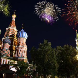 Η Μόσχα είναι η πρωτεύουσα και μία από τις τρεις ομοσπονδιακές πόλεις της Ρωσίας. Είναι επίσης διοικητικό κέντρο της Περιφέρειας Μόσχας. Η Μόσχα, είναι η μεγαλύτερη πόλη της Ρωσικής Ομοσπονδίας και της Ευρώπης. Βρίσκεται στις όχθες του ποταμού Μόσχοβα, παραποτάμου του Βόλγα, στο δυτικό μέρος της χώρας. Είναι απ' τα μεγαλύτερα διοικητικά, πολιτιστικά, συγκοινωνιακά και βιομηχανικά κέντρα της χώρας. Από αυτήν ξεκινούν και σε αυτήν καταλήγουν πάμπολλες σιδηροδρομικές και οδικές αρτηρίες, που οδηγούν όχι μόνο στα πέρατα της ατέλειωτης χώρας αλλά και στις σημαντικότερες πόλεις της Ευρώπης. Σημεία αναφοράς στην καρδιά της πόλης είναι το Κρεμλίνο και η Κόκκινη Πλατεία, με τα γειτνιάζοντα μνημεία της Νεκρόπολης του Τείχους του Κρεμλίνου και του Ναού του Αγίου Βασιλείου.
