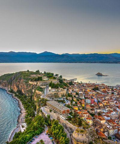 """L'Argolide è una regione storica dell'antica Grecia, ed è una regione geografica della Grecia e dal punto di vista amministrativo è una delle cinque unità periferiche del Peloponneso. Il capoluogo è la città di Nauplia o Nafplion. Micene è un sito archeologico della Grecia, situato nell'Argolide ed è inserita nell'elenco dei patrimoni dell'umanità dell'UNESCO. Epidauro è un comune della Grecia nella periferia del Peloponneso conosciuta principalmente per il suo santuario dedicato ad Asclepio e per il suo teatro antico, ancora utilizzato al giorno d'oggi per accogliere rappresentazioni teatrali. Il sito archeologico di Epidauro è inserito nell'elenco dei patrimoni dell'umanità dell'UNESCO. Nafplio è un città della Grecia situata nella periferia del Peloponneso. Dal 1829 al 1834 è stata la prima capitale della Grecia indipendente. Olimpia è l'antica città della Grecia, sede dell'amministrazione e dello svolgimento dei giochi """"olimpici"""" ma anche luogo di culto di grande importanza, come testimoniano i resti di antichi templi, teatri, monumenti e statue, venuti alla luce dopo gli scavi effettuati nella zona dove la città originariamente sorgeva. Delfi o Delphi è un importante sito archeologico, nonché una storica città dell'antica Grecia, sede del più importante e venerato oracolo del dio Apollo, assieme a Dydyma. Situata nella Focide sulle pendici del monte Parnaso, a circa 130 km a nord-ovest da Atene. Nei tempi antichi si pensava che Delfi fosse il centro del mondo, quindi era riconosciuto comme «omphalos o ombelico del mondo». Meteora è una famosa località ubicata nel centro-nord della Grecia, al bordo nord occidentale della pianura della Tessaglia, nei pressi della cittadina di Kalambaka. È un importante centro della chiesa ortodossa, nonché una rinomata meta turistica, ed è stata dichiarata patrimonio dell'umanità dall'Unesco. Dei ventiquattro monasteri edificati con enormi sacrifici in cima a falesie di arenaria, attualmente solo sei sono ancora abitati, in parte"""
