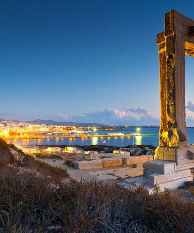 Naxos è una isola della Grecia situata nel Mar Egeo ed la più grande delle Cicladi. La sua città più grande nonché capitale è Chora. I più importanti villaggi sono Filoti, Apiranthos, Tragea, Koronos, Sangri e Apollonas. Naxos è una conosciuta destinazione turistica con diverse località archeologiche di facile accesso. Possiede molte e belle spiagge, quali Aghia Anna, Aghios Prokopios, Alykos, Kastraki, Mikri Vigla, Plaka e Aghios Georgios, la maggior parte delle quali situate sul lato occidentale dell'isola.