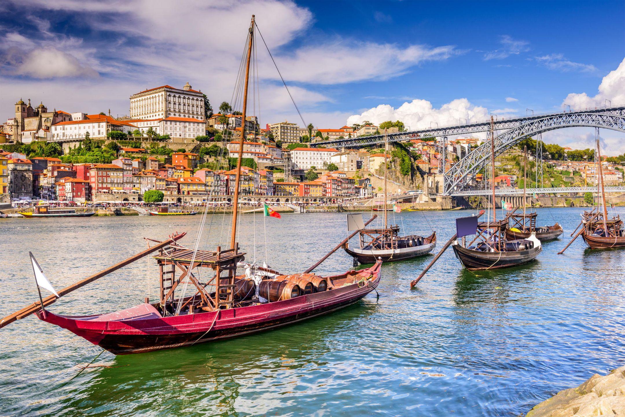 Η Πορτογαλική Δημοκρατία βρίσκεται στο δυτικό άκρο της Ιβηρικής χερσονήσου στη νοτιοδυτική Ευρώπη. Βόρεια και ανατολικά συνορεύει με την Ισπανία, ενώ νότια και δυτικά βρέχεται από τον Ατλαντικό ωκεανό. Η χώρα περιλαμβάνει και δύο αρχιπελάγη στον Ατλαντικό, τις Αζόρες και τη Μαδέρα. Πρωτεύουσα της χώρας είναι η Λισαβόνα. Γραφικά χωριά, τοπία μοναδικής φυσικής ομορφιάς, εκπληκτικές γαστρονομικές απολαύσεις, πανέμορφες παραλίες, παραδοσιακά μπαρόκ και κτήρια γοτθικής αρχιτεκτονικής. Η Πορτογαλία σάς προσκαλεί να την ανακαλύψετε καθ' όλη τη διάρκεια του χρόνου!