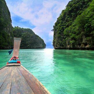 Το Βασίλειο της Ταϊλάνδης είναι μια χώρα στη Νοτιοανατολική Ασία, η οποία συνορεύει με το Λάος και την Καμπότζη στα ανατολικά, τον κόλπο της Ταϊλάνδης και τη Μαλαισία στα νότια, τη θάλασσα Ανταμάν και τη Βιρμανία στα δυτικά. Η Ταϊλάνδη είναι επίσης γνωστή ως Σιάμ. Το Πουκέτ, αποτελεί το μεγαλύτερο νησί της Ταϊλάνδης. Συνδέεται με την ηπειρωτική χώρα με δύο γέφυρες. Βρίσκεται στα ανοιχτά της δυτικής ακτής της Ταϊλάνδης στη Θάλασσα Ανταμάν. Η περιοχή στις μέρες μας αντλεί μεγάλο τουριστικό ενδιαφέρον.