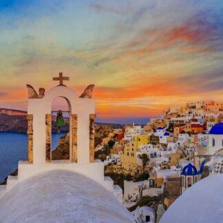 Santorini o Thira è la più meridionale isola dell'arcipelago delle Cicladi, nel mare Egeo. È un'isola vulcanica, originariamente circolare, con una laguna marina interna ed un ampio cratere, posto circa 20 km a sud-ovest dalla costa interna proprio al centro della laguna. L'acqua del mare penetrava attraverso l'unica via d'accesso ai porti interni, delimitata ai lati da due scogliere. Il capoluogo dell'isola è Fira. Il secondo centro abitato che si trova a nord dell'isola è Oia, antico centro rinomato per i suoi mulini a vento e da cui si possono ammirare i tramonti sul mare Egeo.