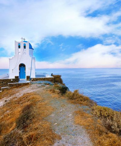 Sifnos è un'isola della Grecia, quarta delle Cicladi occidentali per grandezza. Amministrativamente è un comune della periferia dell'Egeo Meridionale. L'isola è situata tra Serifos e Milos e ad ovest di Delos e Paros. È montagnosa con valli fertili, belle spiagge (sia di sabbia che di sassi), numerose scogliere e diversi centri abitati.