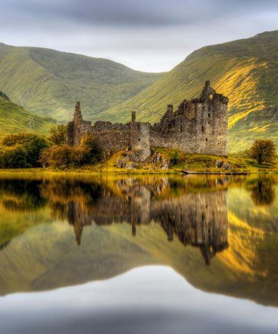 Η Σκωτία είναι χώρα που αποτελεί τμήμα του Ηνωμένου Βασιλείου. Η Σκωτία χωρίζεται κυρίως σε δύο περιοχές, στις ορεινές περιοχές (Χάιλαντς), και στις πεδινές περιοχές (Λόουλαντς). Αντίστοιχα οι κάτοικοί της, που είναι κυρίως κέλτικης προέλευσης, χωρίζονται σε ορεινούς (Χάιλαντερς) και πεδινούς (Λόουλαντερς). Ρομαντικά κάστρα, μυστηριώδεις λίμνες, εξαιρετικό ουίσκι κι άντρες με κιλτ, είναι μερικές από τις εντυπώσεις που μας μένουν από τη Σκωτία.