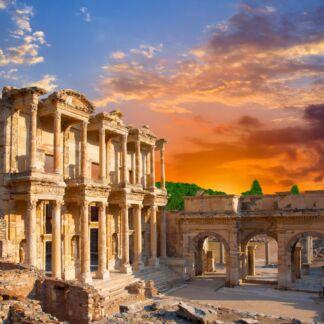 Η Σμύρνη, είναι η τρίτη μεγαλύτερη πόλη της Τουρκίας, μετά την Κωνσταντινούπολη και την Άγκυρα και ο σημαντικότερος εισαγωγικός και εξαγωγικός εμπορικός λιμένας της Τουρκίας. Βρίσκεται στον ανατολικό μυχό του ομώνυμου Κόλπου της Σμύρνης, έναντι της νήσου Χίου, στα κεντρικά τουρκικά παράλια του Αιγαίου πελάγους. Η Κωνσταντινούπολη, είναι η μεγαλύτερη πόλη της Τουρκίας, αποτελώντας το οικονομικό, πολιτιστικό και ιστορικό κέντρο της χώρας.