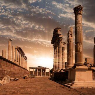 Η Σμύρνη, είναι η τρίτη μεγαλύτερη πόλη της Τουρκίας, μετά την Κωνσταντινούπολη και την Άγκυρα και ο σημαντικότερος εισαγωγικός και εξαγωγικός εμπορικός λιμένας της Τουρκίας. Βρίσκεται στον ανατολικό μυχό του ομώνυμου Κόλπου της Σμύρνης, έναντι της νήσου Χίου, στα κεντρικά τουρκικά παράλια του Αιγαίου πελάγους. Η Κωνσταντινούπολη, είναι η μεγαλύτερη πόλη της Τουρκίας, αποτελώντας το οικονομικό, πολιτιστικό και ιστορικό κέντρο της χώρας. Η Κωνσταντινούπολη είναι διηπειρωτική πόλη στην Ευρασία, με το ιστορικό και εμπορικό κέντρο να βρίσκεται στην ευρωπαϊκή πλευρά και περίπου το ένα τρίτο του πληθυσμού να ζει στην ασιατική πλευρά της Ευρασίας. Η Καππαδοκία, Αρχαία Ελληνική λέξη που προέρχεται από το Περσικό Κατπατούκα και σημαίνει «η χώρα των όμορφων αλόγων», είναι μία από τις μεγαλύτερες περιοχές της ανατολικής Μικράς Ασίας. Σήμερα το έδαφός της ανήκει σε πέντε τουρκικές επαρχίες: Καισάρειας, Νίγδης, Κιρ-Σεχίρ, Ακσαράι, Νεβσεχίρ.