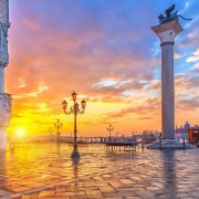 Η Ιταλία, αποτελείται από μία χερσόνησο σε σχήμα μπότας και δύο μεγάλα νησιά στη Μεσόγειο θάλασσα, τη Σικελία και τη Σαρδηνία. Βόρεια συνορεύει με την Ελβετία και την Αυστρία, δυτικά με τη Γαλλία και ανατολικά με τη Σλοβενία. Η Ρώμη είναι η πρωτεύουσα της Ιταλίας, πρωτεύουσα της περιφέρειας του Λάτιου, της ομώνυμης επαρχίας και μία από τις ιστορικότερες πόλεις της Ευρώπης. Μέσα στα όρια της βρίσκεται το Βατικανό, ένα ξεχωριστό κρατίδιο που είναι η έδρα της Καθολικής Εκκλησίας και του Πάπα. Η Φλωρεντία, είναι πόλη της Ιταλίας, πρωτεύουσα της περιφέρειας της Τοσκάνης και της ομώνυμης επαρχίας. Η πόλη βρίσκεται επί του ποταμού Άρνου. Το ιστορικό κέντρο της πόλης έχει χαρακτηριστεί ως Μνημείο Παγκόσμιας Κληρονομιάς από την UNESCO. Η Βενετία είναι πόλη χτισμένη πάνω σε μια ομάδα 118 μικρών νησιών που χωρίζονται από κανάλια και ενώνονται μεταξύ τους με γέφυρες. Η Βενετία είναι πρωτεύουσα της Περιφέρειας του Βένετο και είναι φημισμένη για την ομορφιά της τοποθεσίας της, την αρχιτεκτονική της και τα έργα τέχνης της.