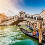 Η Βενετία είναι πόλη χτισμένη πάνω σε μια ομάδα 118 μικρών νησιών που χωρίζονται από κανάλια και ενώνονται μεταξύ τους με γέφυρες. Η Βενετία είναι πρωτεύουσα της Περιφέρειας του Βένετο και είναι φημισμένη για την ομορφιά της τοποθεσίας της, την αρχιτεκτονική της και τα έργα τέχνης της.