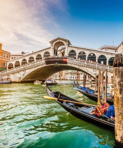 Η Ρώμη είναι η πρωτεύουσα της Ιταλίας, πρωτεύουσα της περιφέρειας του Λάτιου, της ομώνυμης επαρχίας και μία από τις ιστορικότερες πόλεις της Ευρώπης. Μέσα στα όρια της βρίσκεται το Βατικανό, ένα ξεχωριστό κρατίδιο που είναι η έδρα της Καθολικής Εκκλησίας και του Πάπα. Η Φλωρεντία, είναι πόλη της Ιταλίας, πρωτεύουσα της περιφέρειας της Τοσκάνης και της ομώνυμης επαρχίας. Η πόλη βρίσκεται επί του ποταμού Άρνου. Το ιστορικό κέντρο της πόλης έχει χαρακτηριστεί ως Μνημείο Παγκόσμιας Κληρονομιάς από την UNESCO. Η Βενετία είναι πόλη χτισμένη πάνω σε μια ομάδα 118 μικρών νησιών που χωρίζονται από κανάλια και ενώνονται μεταξύ τους με γέφυρες. Η Βενετία είναι πρωτεύουσα της Περιφέρειας του Βένετο και είναι φημισμένη για την ομορφιά της τοποθεσίας της, την αρχιτεκτονική της και τα έργα τέχνης της.
