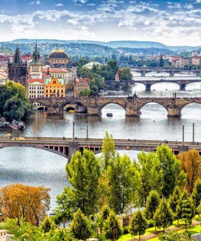 Η Πράγα, είναι η πρωτεύουσα και μεγαλύτερη πόλη της Τσεχίας. Χτισμένη στον ποταμό Μολδάβα (Vltava), στην κεντρική Βοημία. Αποκαλείται επίσης «η χρυσή πόλη» και «μητέρα των πόλεων». Η Βιέννη είναι η πρωτεύουσα της Αυστρίας και ένα από τα ομόσπονδα κρατίδιά της. Αποτελεί τη μεγαλύτερη πόλη καθώς και το πολιτικό, πολιτισμικό και οικονομικό κέντρο της χώρας. Η Βουδαπέστη είναι η πρωτεύουσα της Ουγγαρίας και έδρα της κομητείας της Πέστης. Η Βουδαπέστη έγινε μια ενιαία πόλη που καταλαμβάνει και τις δύο όχθες του ποταμού Δούναβη. Είναι η έβδομη μεγαλύτερη πόλη στην Ευρωπαϊκή Ένωση. Το Βελιγράδι, είναι η πρωτεύουσα και μεγαλύτερη πόλη της Σερβίας. Βρίσκεται στη συμβολή των ποταμών Σάβου και Δούναβη, εκεί όπου η πεδιάδα της Παννονίας συναντά τα Βαλκάνια.
