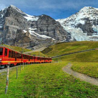 Η Ζυρίχη είναι η μεγαλύτερη πόλη στην Ελβετία και πρωτεύουσα του καντονίου της Ζυρίχης. Η πόλη είναι το οικονομικό και πολιτιστικό κέντρο της Ελβετίας. Στατιστικά, η Ζυρίχη, προσφέρει την καλύτερη ποιότητα ζωής στον κόσμο. Αποτελεί το οικονομικό και εμπορικό κέντρο της Ελβετίας, παράλληλα όμως διαθέτει σημαντικούς χώρους τέχνης και πολιτισμού, φιλοξενεί διάφορα φεστιβάλ και προσφέρει πολλές επιλογές για διασκέδαση. Το Αλπικό Τρένο, ενώνει τη δυτική µε την ανατολική πλευρά της χώρας από το 1930! Το πιο... αργό αλλά και διάσηµο express τρένο του πλανήτη προσφέρει ένα αξέχαστο ταξίδι.