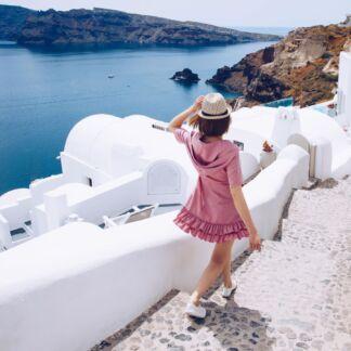 Il mar Egeo è un mare del mar Mediterraneo. L'Egeo è una delle nove regioni geografiche della Grecia. È suddiviso in due regioni amministrative, l'Egeo Settentrionale e l'Egeo Meridionale che a est confinano con la Turchia. L'Egeo bagna anche le coste occidentali della Turchia, suddivise amministrativamente in nove province che costituiscono la regione egea. Il mare era tradizionalmente conosciuto col nome di Arcipelago, nome con cui poi si indicarono le isole del mare ed in seguito passò ad indicare ogni gruppo di isole, dato che il mar Egeo è noto per la grande quantità di isole e arcipelaghi. Syros, Kos, Ios, Santorini.