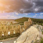 α. Η πόλη λίκνο της δημοκρατίας, η πρωτεύουσα που εφηύρε τις επιστήμες και τις καλές τέχνες. Αθήνα η πόλη σύμβολο πολιτισμού, ελευθερίας και δημοκρατίας – του Παρθενώνα, της Ακρόπολης, της Αρχαίας Αγοράς. Και ταυτόχρονα μια μοντέρνα μητρόπολη, μια πρωτεύουσα με παλμό, ανοιχτή, γεμάτη ενέργεια, που σας «χαρίζεται» απλόχερα. Μια πόλη που ανήκει στην ανθρωπότητα και στο μεσογειακό φως της.