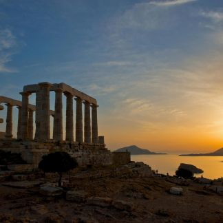 Το Σούνιο είναι το ακρωτήριο που βρίσκεται στο νοτιότερο άκρο του νομού Αττικής. Αποτέλεσε στρατηγικό σημείο υψίστης σημασίας, καθώς το κράτος των Αθηνών από εκεί έλεγχε το θαλάσσιο πέρασμα προς το Αιγαίο και τον Πειραιά καθώς και τη χερσόνησο της Λαυρεωτικής, με τα πλούσια μεταλλεία αργύρου, χάρις στα οποία αναδείχθηκε σε υπερδύναμη τον 5° αιώνα π.Χ. Ο Ναός του Ποσειδώνα, το σημαντικότερο μνημείο του αρχαιολογικού χώρου, έχει θέα όλο το Αιγαίο πέλαγος ενώ το ηλιοβασίλεμα στο Σούνιο είναι ξακουστό σε όλη την υφήλιο.