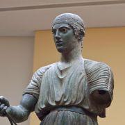 Οι Δελφοί είναι η ελληνική πόλη στην οποία λειτούργησε το σημαντικότερο μαντείο της αρχαίας Ελλάδας, στο οποίο και δώθηκε ο χαρακτηρισμός ο «Ομφαλός της Γης». Έως και σήμερα το ιερό των Δελφών, αποτελεί πόλο έλξης επισκεπτών, από όλο τον κόσμο.
