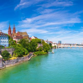 Η Ελβετία, είναι χώρα της δυτικοκεντρικής Ευρώπης. Συνορεύει δυτικά με τη Γαλλία, νότια και νοτιοανατολικά με την Ιταλία, βόρεια και βορειοανατολικά με τη Γερμανία και ανατολικά με την Αυστρία και το Λίχτενσταϊν. Πρωτεύουσα της Ελβετίας είναι η Βέρνη ενώ μεγαλύτερη πόλη η Ζυρίχη. Άλλες σημαντικές πόλεις είναι η Βασιλεία, η Γενεύη και η Λωζάνη. Είναι χώρα με υψηλό βιοτικό επίπεδο και ανεπτυγμένο εμπόριο, βιομηχανία και τουρισμό.