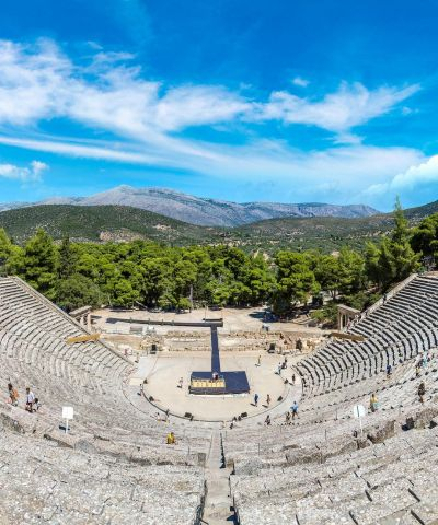 Στην Επίδαυρο, βρίσκεται το Θέατρο του Ασκληπιείου. Το διασημότερο αρχαίο ελληνικό Θέατρο, το οποίο λειτουργεί έως και σήμερα διατηρώντας την τέλεια ακουστική του.