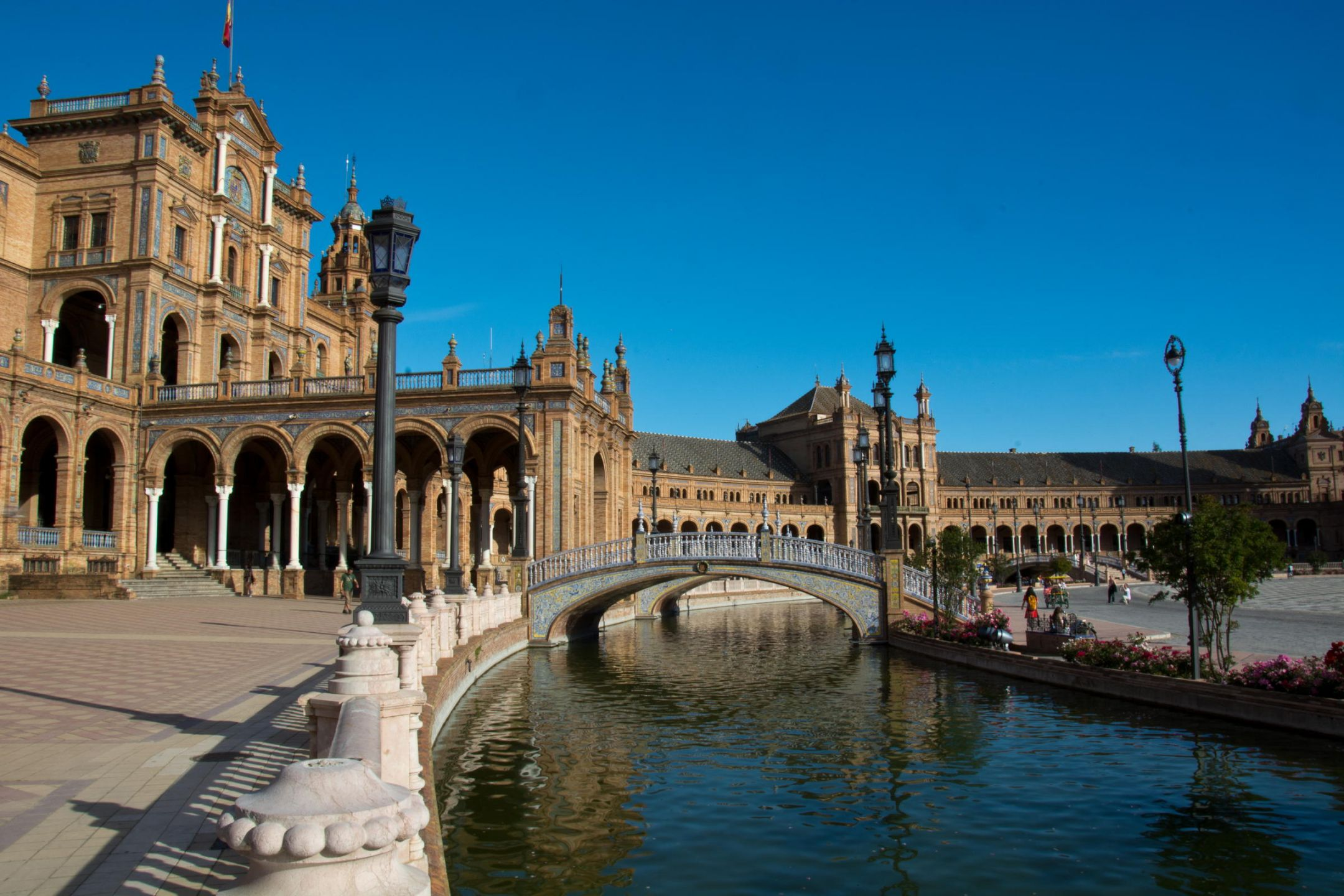 Το Βασίλειο της Ισπανίας είναι κράτος της νοτιοδυτικής Ευρώπης, που καταλαμβάνει το μεγαλύτερο μέρος της Ιβηρικής χερσονήσου. Πολιτισμικά η Ισπανία χαρακτηρίζεται από την ύπαρξη διάφορων πολιτισμικών παραδόσεων που προέκυψαν λόγω της διαφορετικής ιστορικής εξέλιξης των εδαφών της.