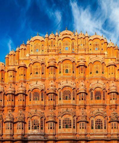 Η Ρατζαστάν, «χώρα των Πριγκίπων» όπως έχει χαρακτηριστεί, αποτελεί μια από τις 28 Ομόσπονδες Πολιτείες που συγκροτούν σήμερα την Ινδία. Βρίσκεται στο βορειοδυτικό τμήμα της χώρας, στα σύνορα με το Πακιστάν. Πρωτεύουσά της είναι η πόλη Τζαϊπούρ. Η Γη των Βασιλιάδων είναι από τους πιο αγαπημένους προορισμούς στην Ινδία. Γεμάτη χρώματα, μύθους και παραδόσεις σε κάθε βήμα, η αχανής χώρα των Rajput απαρτιζόταν από 22 βασίλεια, που το 1956 συνενώθηκαν στο σύγχρονο Rajasthan.