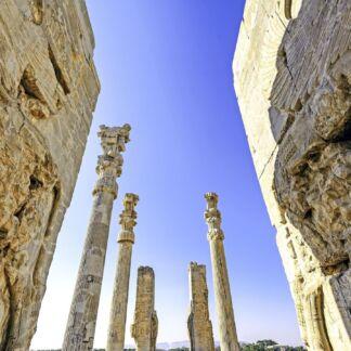 Περσία είναι η ιστορική ονομασία του Ιράν, η οποία εδραιώθηκε στη Δύση λόγω των Ελλήνων, γενίκευσαν την ονομασία της περιοχής Παρς. Ήταν το κέντρο της Περσικής Αυτοκρατορίας και σημαίνει η «Χώρα των Αρίων». Η Περσία έχει γίνει ανεξίτηλη εικόνα καθώς έχει διεισδύσει στον προσωπικό θησαυρό εικόνων ομορφιάς που έχουμε μέσα μας.