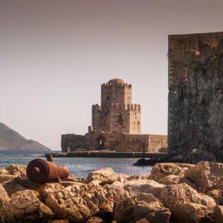 Ανακαλύψτε την Καλαμάτα, την πόλη της Πελοποννήσου που βρίσκεται στη σκιά του Ταΰγετου, μια πόλη γεμάτη ζωντάνια σας ξεναγεί στα αξιοθέατα, τις παραλίες και την ιστορία της. Λίγο πιο νότια συναντάμε την Καρδαμύλη, ένα διαμάντι της μεσσηνιακής Μάνης σας περιμένει για να χαρίσει τη φιλοξενεία της. Στα δυτικά της Μεσσηνίας, φρούρια, αξιοθέατα και υπέροχες παραλίες σας συστήνουν τα μυστικά της Πύλου, της Μεθώνης και της Κορώνης. Στην επιστροφή μας θα συναντήσουμε την στρατηγικά τοποθετημένη, Βυτίνα, η οποία συνδυάζει εύκολη πρόσβαση στο χιονοδρομικό του Μαινάλου αλλά και στα χωριά της Γορτυνίας, όπως η Στεμνίτσα, η Δημητσάνα και τα Λαγκάδια.